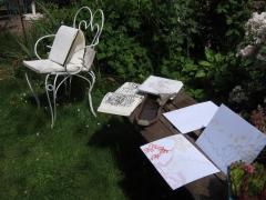 Photo Muriel Carnet de dessin 2 sur banc villa rosa.jpg